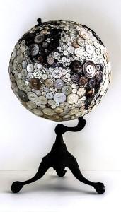 スーツのボタンで出来た地球儀