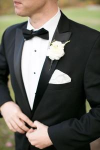 ポケットチーフのタキシードの男性