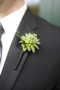 新郎が胸につける花ブートニア