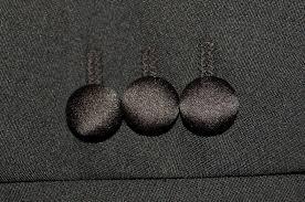 タキシードのボタンのクルミボタン