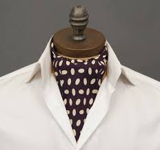 結婚式などで着用するアスコットタイの例