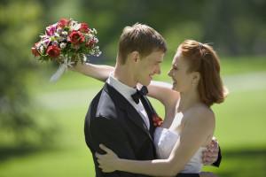 結婚式が決まった新郎新婦の衣装選び